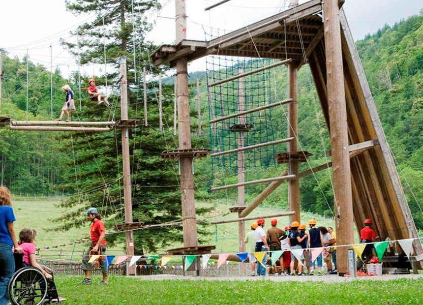 <p>RE/MAX crede fortemente nel progetto Dynamo Camp, e per questo ha deciso di impegnarsi in maniera concreta per contribuire a donare la felicità a tantissimi bambini coinvolti.</p><p><br></p><p>L'isola che non c'è esiste davvero. Si trova a Limestre, in provincia di Pistoia. Qui, in un'oasi del WWF di oltre 900 ettari, sorge Dynamo Camp: la prima struttura di terapia ricreativa in Italia, che ogni anno regala a migliaia di bambini affetti da gravi patologie una settimana di divertimento e serenità.</p><p>Grazie a Dynamo Camp, i bambini e i ragazzi malati vivono una vacanza ricca di avventura e di emozioni, svolgendo una serie di attività studiate per influire positivamente sull'autostima.</p><p><br></p><p>I bambini, supportati dallo Staff di Dynamo Camp e sostenendosi vicendevolmente, affrontano piccole sfide che li portano a acquisire fiducia in se stessi e nelle proprie capacità.</p><p><br></p><p>Un bambino malato è un bambino come tutti gli altri. La missione diDynamoCampè di dare a bambini gravemente malati l'opportunità di tornare ad essere semplicemente bambini, di divertirsi in spensieratezza, di socializzare, e di fare cose che non hanno mai pensato di poter fare: nuotare, andare a cavallo, arrampicarsi e soprattutto vivere senza paure, lontani dall'ospedale ma in totale sicurezza.</p>